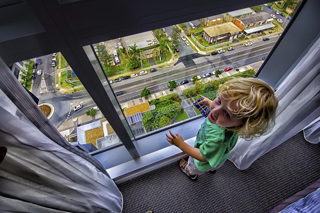 Von oben ist es ein Kinderspiel: Auf der Strasse verkehren nicht alle auf Augenhöhe. Foto:  Toby Charlton-Taylor (Twitter)
