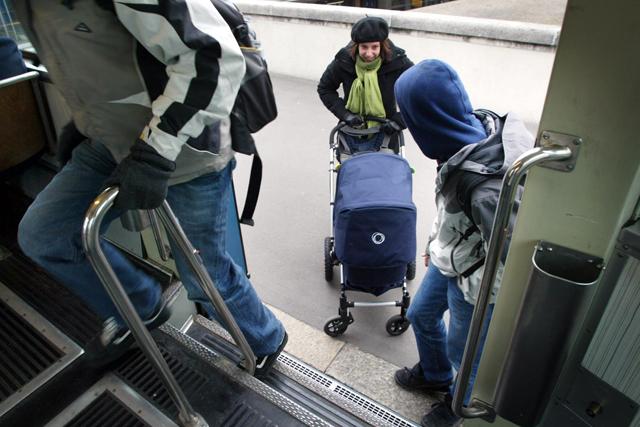 TA 26.01.2006 : Schaufester im Januar IV, Tram Linie 13, Bildtext: Tram 13: Schwieriger Einstieg mit Kinderwagen