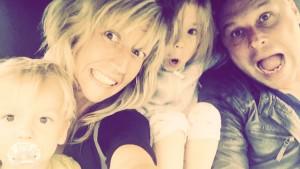 Die Autorin mit ihrer Familie. Fotos: Facebook