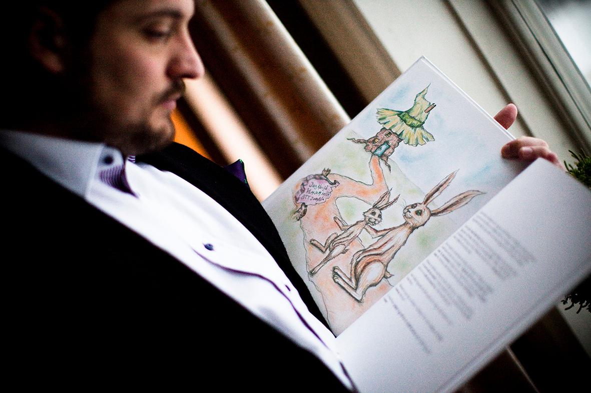 Gute Seiten, schlechte Seiten: Der Autor mit seinem Buch, dessen Bilder «die Kinder nur ablenken würden». Foto: PD