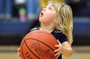 Wenn sie gross ist, ist alles anders: Mädchen mit Basketball. Foto: K. M. Klemencic (Flickr)