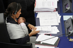 Italy's Member of the European Parliament Licia Ronzulli takes part with her baby Vittoria in a voting session at the European Parliament in Strasbourg September 22, 2010.  REUTERS/Vincent Kessler  (FRANCE - Tags: POLITICS) - RTXSIQ4