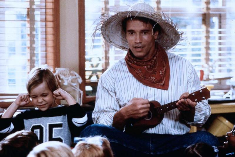 Musik hilft fast immer: Arnold Schwarzenegger als Alleinunterhalter in der Komödie «Kindergarten Cop». Foto: PD