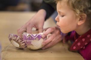 Ehrgeizige Mutterliebe: Denn Mama macht das schönste Lichtdings der Welt. (Keystone/Gaetan Bally)