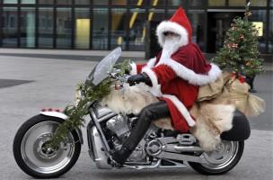 Ein Mitglied des HOG (Harley Owners Group) Northwest Chapter Switzerland faehrt als Weihnachtsmann auf seiner Harley beim jaehrlichen Harley Niggi-Naeggi in Basel am Samstag, 5. Dezember 2009. (KEYSTONE/Georgios Kefalas)
