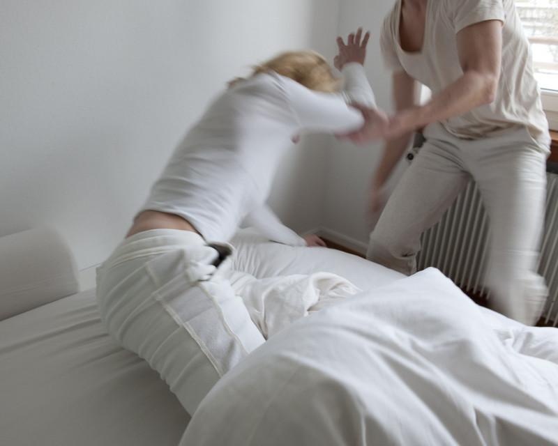 Gesellschaftliche Akzeptanz der männlichen Gewalt ist mit ein Grund: 95 Prozent der Opfer verzichten auf eine Anzeige. Foto: Luis Berg (Keystone, nachgestellte Szene)