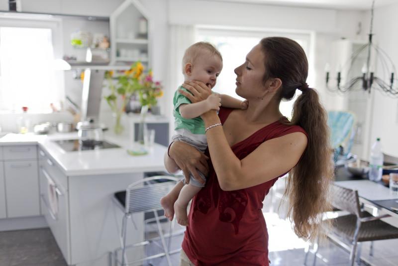 Familienglück, auch ohne Vater: Eine Mutter mit ihrem sechs Monate alten Sohn. Foto: Gaetan Bally (Keystone)
