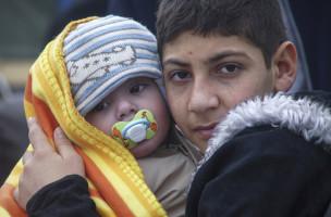 Grosser Zusammenhalt : EIn Junge trägt ein Kleinkind im Flüchtlingslager von Lesbos. (Keystone/Mstyslav Chernov)