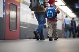 A mother walks down a platform with her son in the main train station in Zurich, Switzerland, pictured on September 29, 2009. (KEYSTONE/Gaetan Bally)  Eine Mutter geht mit ihrem Sohn am 29. September 2009 ein Perron im Hauptbahnhof Zuerich entlang. (KEYSTONE/Gaetan Bally)