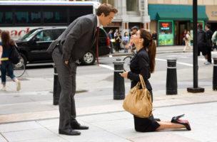 In «Selbst ist die Braut» überrumpelt Margaret alias Sandra Bullock ihren Assistenten Andrew (Ryan Reynolds) mit einem unromantischen Heiratsantrag. (DEFD)