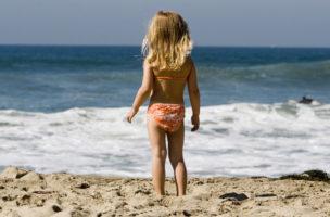 Wie Mama durch den Sand laufen: Viele Mädchen träumen vom Bikini. (iStock)