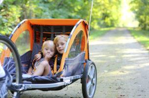 Praktisch und gut geschützt: Schweizer Familien setzen auf Veloanhänger. (iStock)