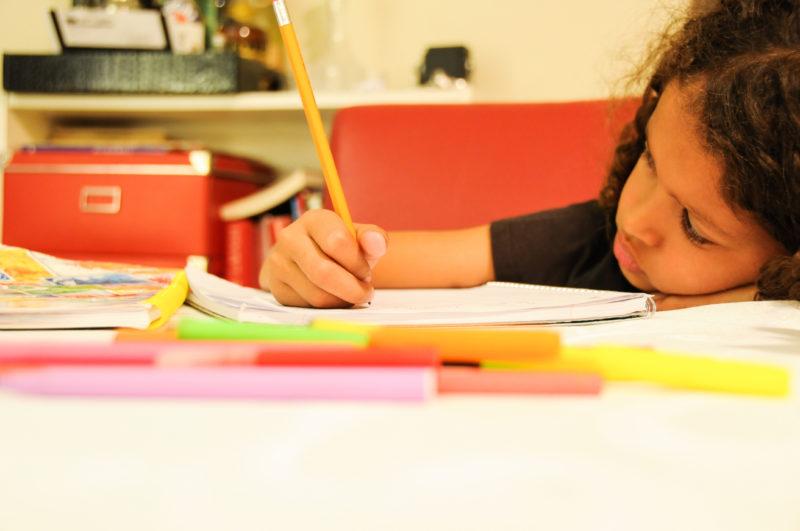 Unnütz und ungerecht: Auf der Unterstufe machen Hausaufgaben keinen Sinn – für Kinder und Eltern. Foto: iStock