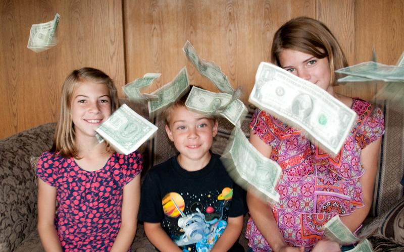 Für ein Händchen voll Dollar: Das Thema Geld fasziniert schon Kinder. Foto: Carissa Rogers (Flickr)