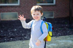 Winken statt Händeschütteln wäre auch ok: Dieser kleine Junge weiss wies geht. Foto: iStock