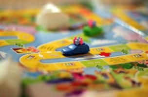 Zeit zum Spielen: Gesellschaftsspiele gehören ins Gepäck - möglichst kleiner als der Klassiker «Spiel des Lebens». (Flickr/Will Folsom)