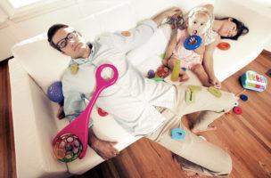 Gleiche Arbeit, gleiche Erschöpfung: Moderne Väter und Mütter stehen sich in nichts nach. Foto: skodonnell (iStock)