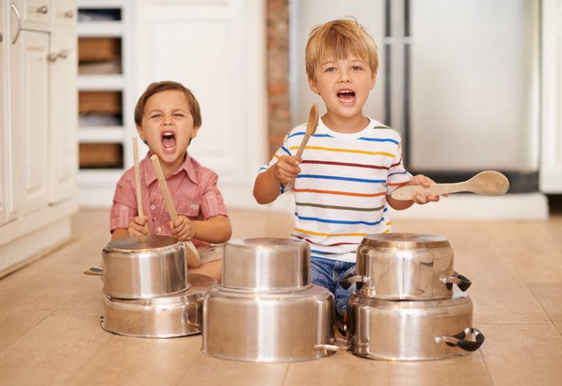 Hurra, sturmfrei! Kinder machen sich über das Alleinsein oft weniger Sorgen als ihre Eltern. Foto: PeopleImages (iStock)