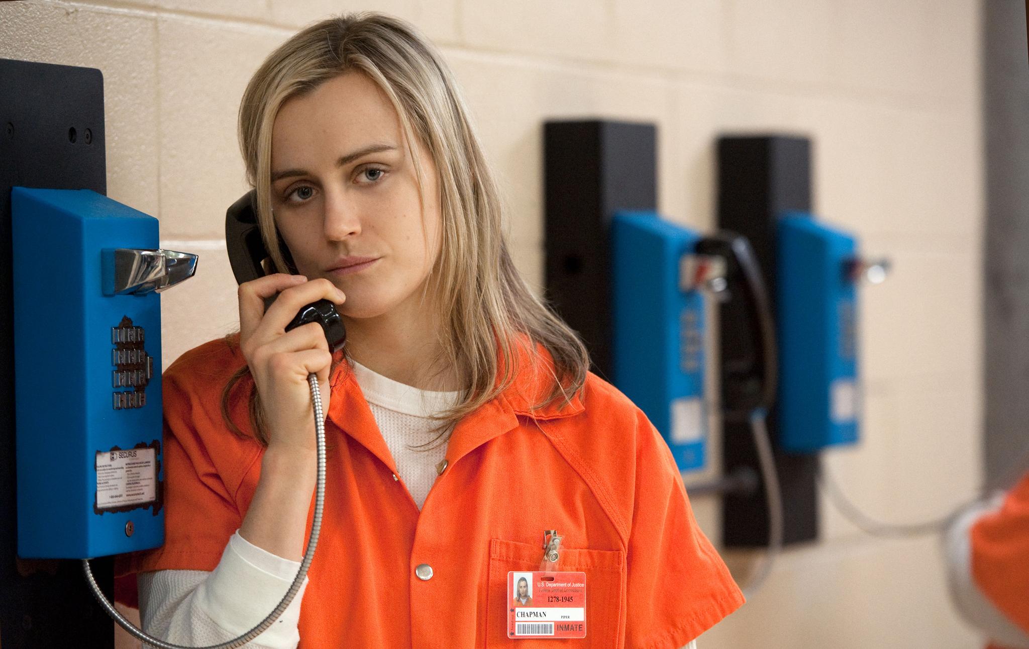 Es lohnt sich, die Eltern nicht erst anzurufen, wenn man in Schwierigkeiten steckt: Piper Chapman aus der Serie «Orange Is The New Black» am Gefängnistelefon. Foto: Netflix