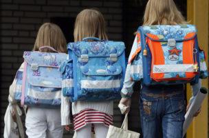 Schulanfang ist immer auch ein Abschied: Erstklässlerinnen in Duisburg. (Keystone/Frank Augstein)