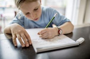 Ein 8 Jaehrige Maedchen (3. Klasse) uebt ein diktat zu hause als Hausaufgabe. (KEYSTONE/Gaetan Bally)