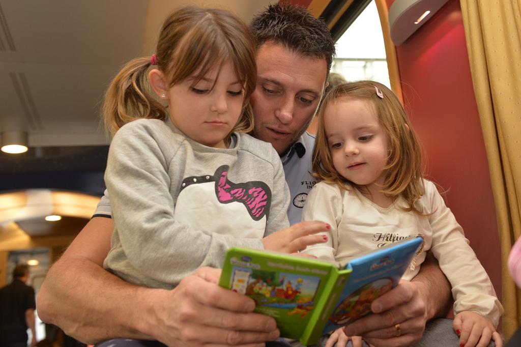 Nächster Halt Kinderbetreuung: Passagiere in einem Sonderzug ins Tessin am Vatertag 2014. Foto: Alexander Wagner (Keystone)