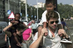 Sohn Maddox auf Brad Pitts Schultern, Angelina Jolie trägt Zahara. Mumbai 2006. Foto: Prashanth Vishwanathan (Reuters)