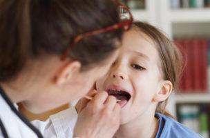 Erdbeerzunge oder Infekt? Krankheitserfahrene Eltern wollen ihr Wissen oft ungefragt weitergeben. (iStock)