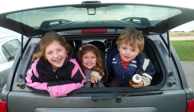 Eltern müssen improvisieren lernen: Kinder im Kofferraum. Foto: Ben Francis (Flickr)