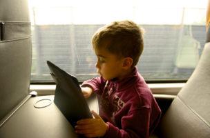Babysitter für Unterwegs: Kaum müsste das Kind ein bisschen warten, ist das Tablet zur Hand.