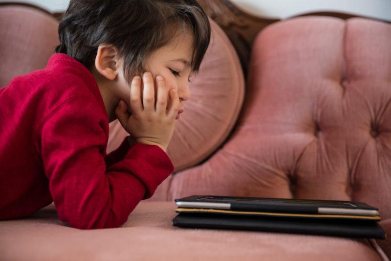 Mit dem Tablet lernen Kinder nichts, dass sie ohne diese Geräte nicht auch – und besser – lernen würden. Fotos: iStock