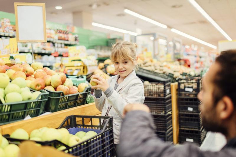 Wieviele Wochen Taschengeld kostet ein Apfel? Ein Vater mit seiner Tocher beim Einkaufen. Foto: iStock