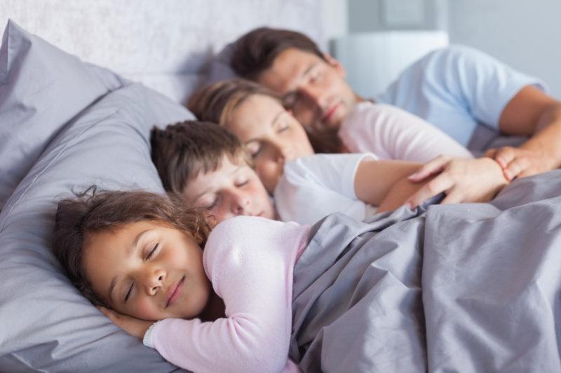 Schlafen? Ist mit zwei Kindern mehr Wunschdenken als Alltag. Foto: iStock