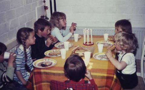 Kerzli, Kuchen, eine Handvoll Kuchen – und gut war: Geburtstagsfestli in den 80ern. Foto: WDR