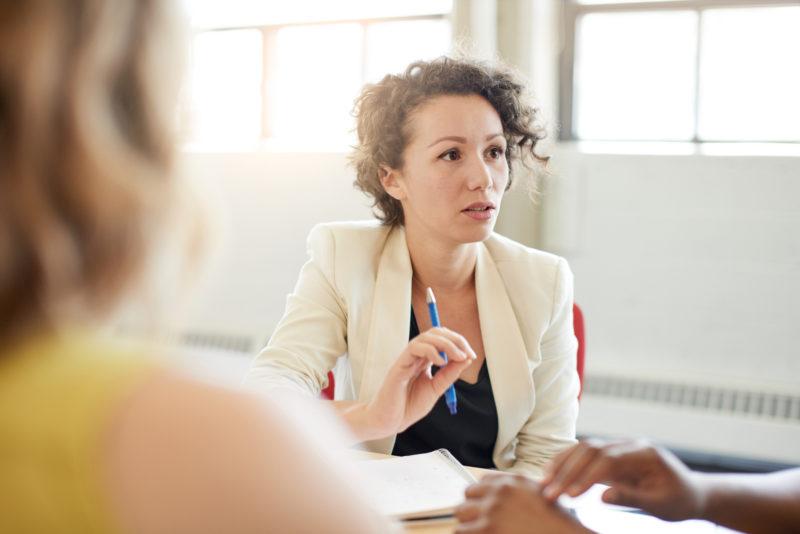 Oft sind es Missverständnisse: Kommunikation mit den Eltern sollte für Lehrer zum Grundrepertoire gehören. Foto: iStock