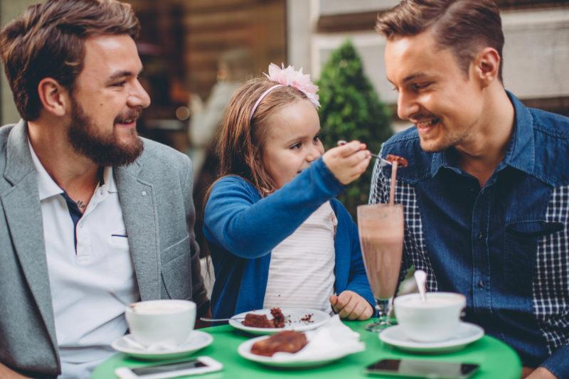 Zwei Väter = doppeltes Glück: Eine Regenbogenfamilie bei Kaffee und Kuchen. Foto: iStock