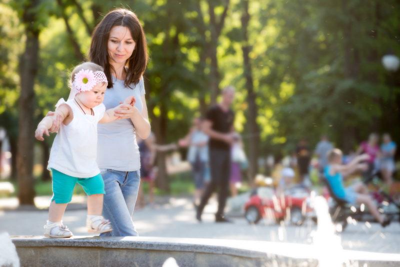 Sympathische Mutter auf dem Spielplatz gesichtet – und dann? Foto: iStock