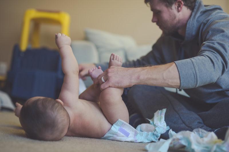 Mit etwas Übung gehts auch am Boden: Ein Vater beim Wickeln. Foto: iStock