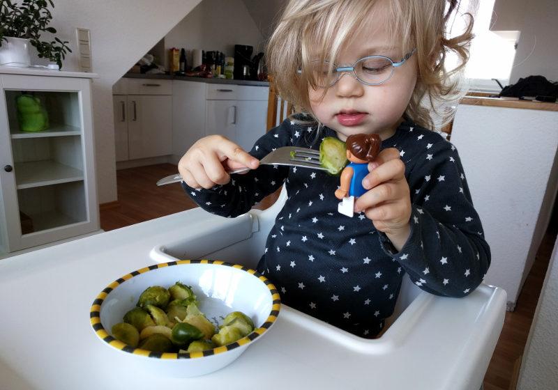 Eine Duplofigur isst Broccoli