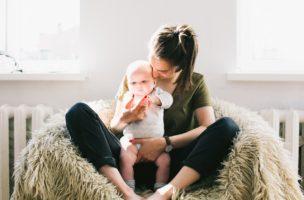 Für Teenager ist es ein Job, für ihre Arbeitgeber viele mehr: Babysitter im Einsatz. Foto: Daria Shevtsova (Pexels)
