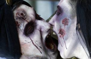 Sie kommen wieder und wieder: Paar an einem Zombie Walk in Belgrad. Foto: Darko Vojinovic (Keystone)