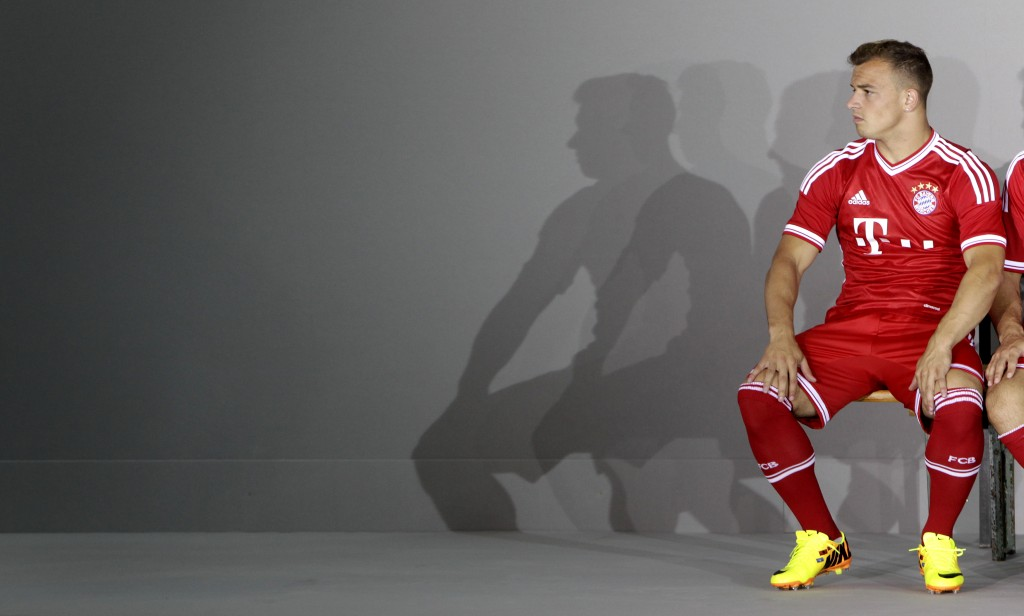Unfreiwillige Randfigur: Xerdhan Shaqiri an einem Fototermin mit dem FC Bayern im Juli 2013. Foto: Michaela Rehle (Reuters)