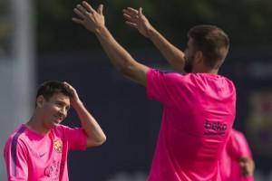 Training in Pink: Messi und Piqué fallen bei Barça nicht nur mit ihrem Können auf. Foto: Keystone