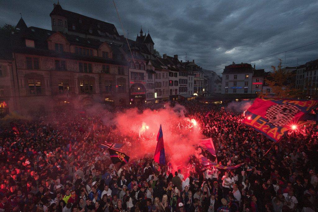Die Spieler des FC Basel feiern den Meistertitel mit ihren Fans traditionellerweise auf dem Balkon des Casinos auf dem Barfuesserplatz in Basel am Sonntag, 29. April 2012. Der FC Basel gewann vorzeitig mit einem Titel-Hattrick seinen 15. Meisterschaftstitel der Clubgeschichte. (KEYSTONE/Georgios Kefalas)