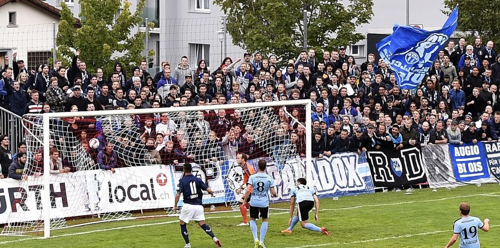 Die FCZ-Fans in Tramelan. So etwas wie eine Schulreise leicht aufgedrehter Jugendlicher.