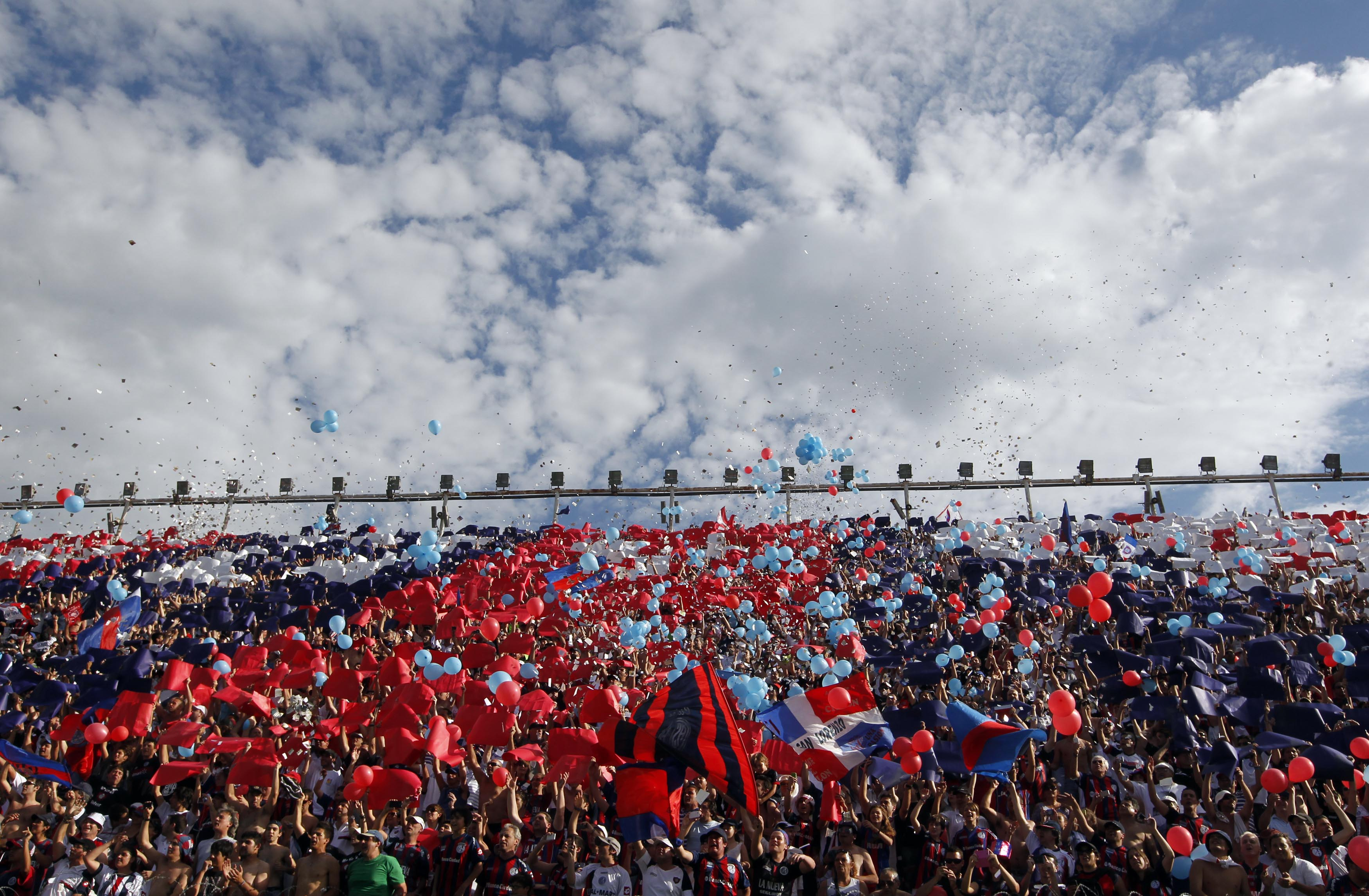 Fans of San Lorenzo cheer before the First Division Argentine championship soccer match against Estudiantes in Buenos Aires December 1, 2013. REUTERS/Enrique Marcarian (ARGENTINA - Tags: SPORT SOCCER) - RTX160FS