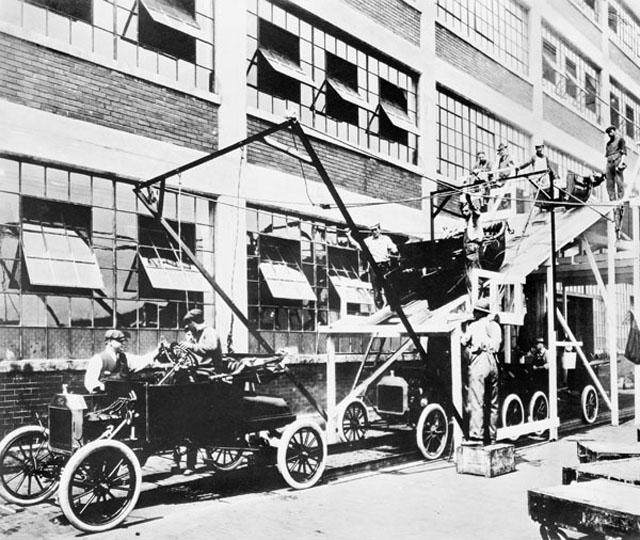 Fliessbandarbeit bei Ford, 1913. (Foto: Wikipedia)