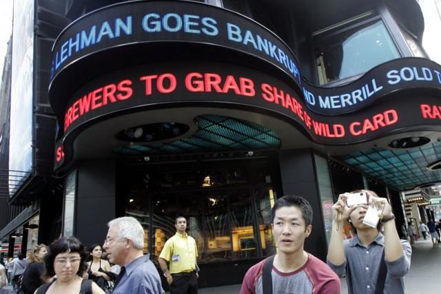 Der Bankrott von Lehman Brothers wird am New Yorker Times Square vermeldet. 15. September 2008. (AP/ Mary Altaffer)