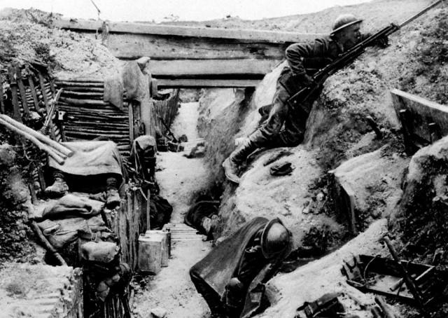 Ein britischer Soldat in einem Schüztengraben bei Ovillers in Frankreich während des Ersten Weltkriegs. (Keystone)