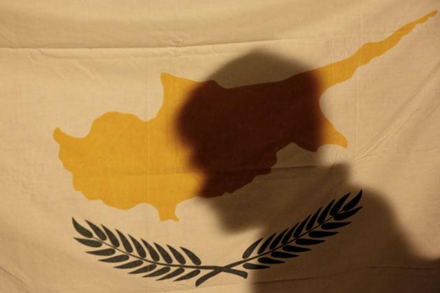 Nur noch ein Schatten: Ein Demonstrant verschwindet hinter einer zypriotischen Flagge. (Reuters/Yorgos Karahalis)